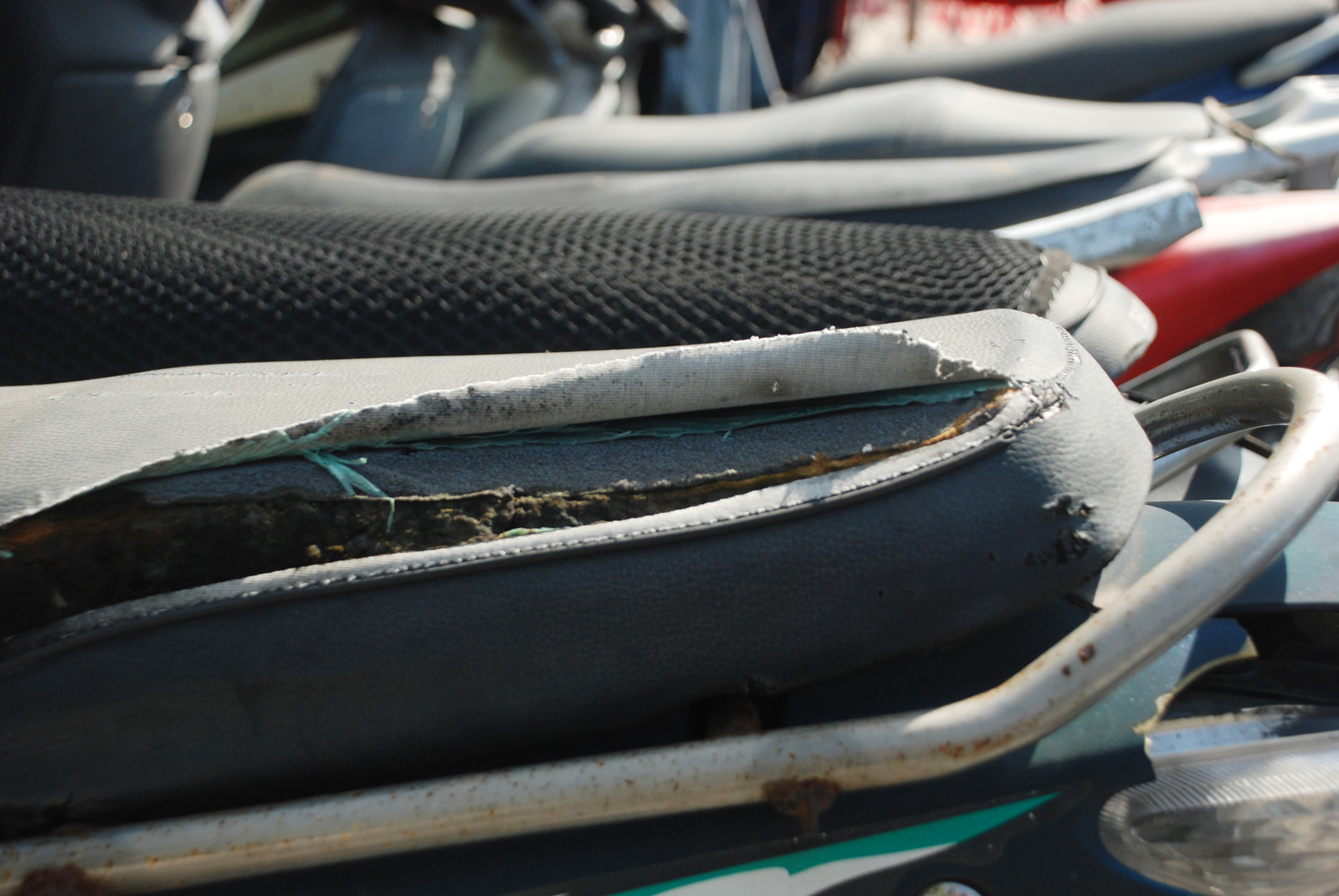 Yên xe kém chất lượng - nguyên nhân gây thoát vị đĩa đệm cùng Keo Rồng